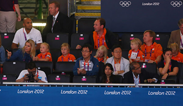 2012年7月28日,荷蘭王儲威廉.亞歷山大王子一家人觀賞倫敦奧運為荷蘭隊泳將加油。(Alexander Hassenstein/Getty Images)