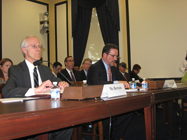 """2012年8月1日,美国国会举行""""美国部队在美国太平洋司令部的责任区姿态""""主题听证会。发言席左为战略与国际研究中心(CSIS)国际安全项目负责人贝尔托(David Berteau),右为 战略与国际研究中心(CSIS)资深专家格林(Michael  Green)。 (摄影:董韵/大纪元))"""