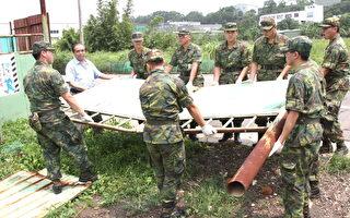 陆军第六军团派出驻军携带清扫工具和饮用水等投入灾后复建(摄影:徐乃义/大纪元)