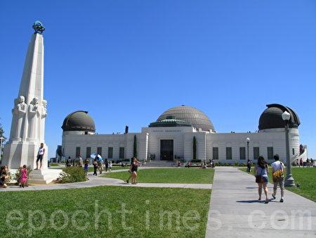 """图:美国航天局""""好奇号""""火星探测器将于美西时间周日晚间10点半着陆,南加民众可到格里菲斯天文台(Griffith Observatory)等地观看转播。(摄影:刘菲/大纪元)"""