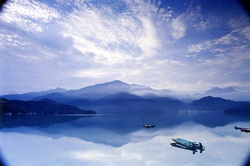 日月潭景色晨昏特别美,吸引众多中外游客到此渡假,是一处很美丽的淡水湖。(摄影:郑财福 /台湾观光局提供)