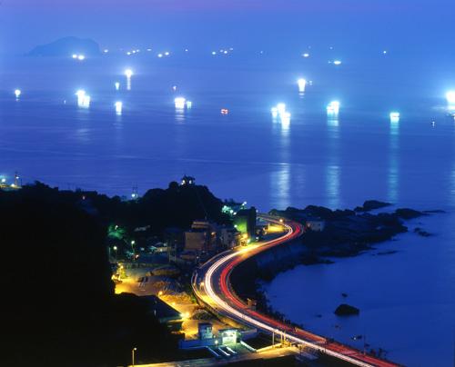 九份千灯渔火--九份基隆屿入夜,千百只捉鱿鱼的灯火映满海面。(摄影:陈丰荣 /台湾观光局提供)