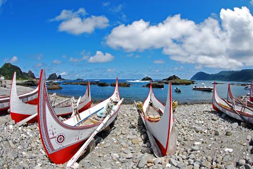 兰屿--再也没有比兰屿拼板船更能代表兰屿的特色,尤其是船上的雕刻,更是表现出达悟族的精神。(摄影:郭蓓芬 /台湾观光局提供)