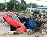 """北京雨灾后,红十字会呼吁民众捐款,遭网民""""捐你妹""""怒骂。 (AFP/GettyImages)"""