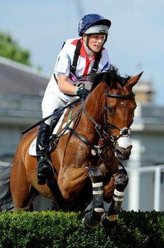 """7月30日,英国女王的外孙女萨拉•菲利普斯与她的坐骑""""高地王国""""完成一个高难度的障碍。(Pascal Le Segretain/Getty Images)"""