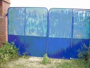 遼寧丹東樓房鎮小孤山7組發現屍體的農家大院院牆。(大紀元)