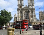 伦敦西敏寺对面的这个邮筒已有百多年历史,在奥运开始前被漆成金色,作为这个活动的标志和基色邮筒的范例。(摄影:大纪元/李景行)