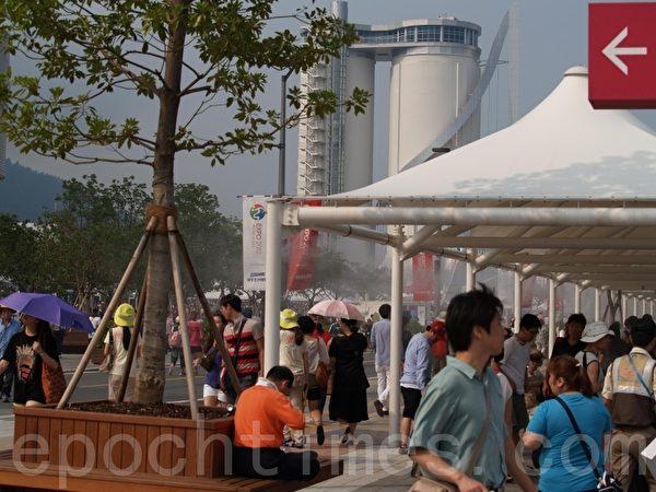 背景:廢棄水泥筒改造的管風琴天塔(圖片來源:作者提供)