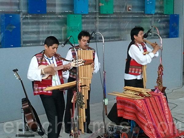 秘魯展館的歌手(圖片來源:作者提供)