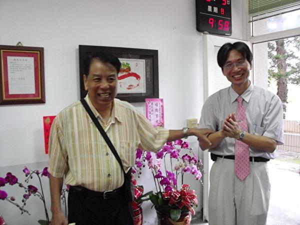 戴校長感謝小學教育他五年的林天富老師。(攝影:丁弘毅/大紀元)