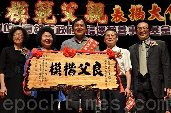 模范父亲赵培德(中)细心照顾身心残障的孩子,并藉由教导直排轮运动,开发孩子潜能并屡屡获奖。(摄影:李晴玳/大纪元)