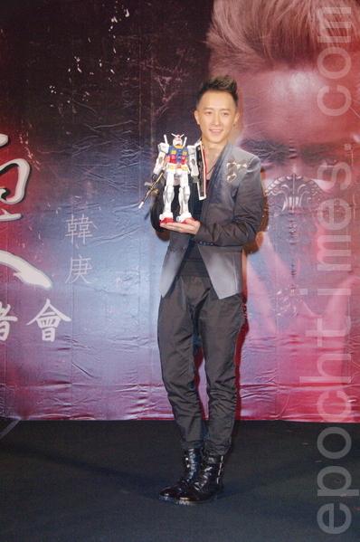 韓庚拿著最愛的「鋼彈」機器人。(攝影:黃宗茂/大紀元)