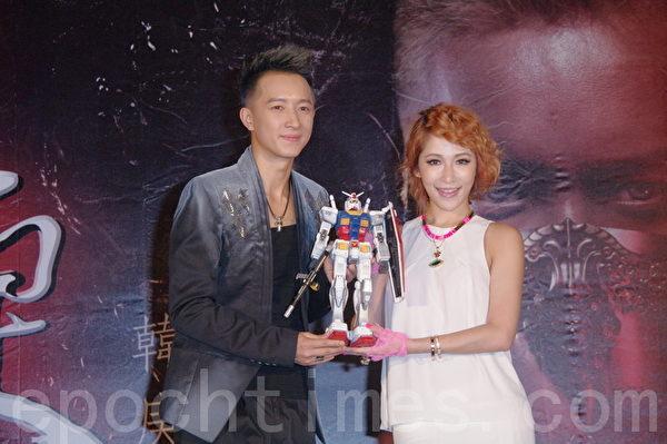 蕭亞軒帶著「鋼彈」機器人現身力挺,讓韓庚非常開心。(攝影:黃宗茂/大紀元)