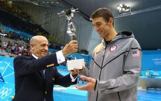 2012年8月4日,奧組委胡里奧•馬廖內頒發給「飛魚」菲爾普斯,「史上最偉大的奧林匹克運動員」獎盃。(Al Bello/Getty Images)