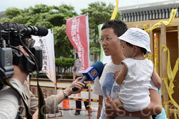 """纪录片导演陈育青携二岁的女儿前来参与""""自囚""""行动,希望台湾政府别丧失人民的信任。(摄影:苏玉芬/ 大纪元)"""
