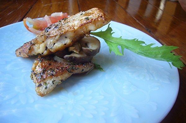 鯛魚香片擺盤。(攝影:家和/大紀元)