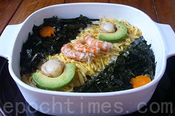寿司饭装到四方皿中略略整平不要重压;蛋丝铺中间对角,上面摆菜做造形,玩趣让人印象深刻。(摄影:家和/大纪元)