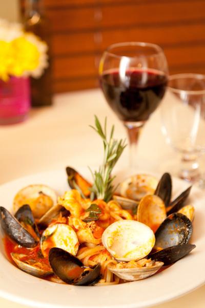 各类贝壳海鲜一齐烹煮的美味意大利面。(VILLAGGIO提供)