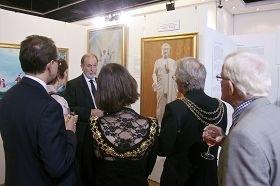 多位市长应邀出席伦敦真善忍国际美展开幕式。(图:明慧网)