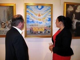 伊恩•温菲尔德议员和妻子艾丽森一起观赏著最让他们感动的画作《为你而来》。(图:明慧网)