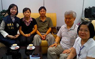 陆委会和海基会宣布,被中国大陆扣留的台湾公民、法轮功学员钟鼎邦(左3)已于11日上午10时15分返抵桃园国际机场,海基会派人陪同家属接机后,护送钟鼎邦返回新竹住家。(海基会提供)