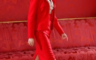 鲜艳颜色的西装可帮助女性脱颖而出。(图片来源:Carlos Alvarez/Getty Images)