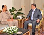 埃及总统穆希12日突然撤换拥有大权的国防部长谭他威,关于逼退一事,1位将领透露,穆希曾经与谭他威和军方委员会咨商。图为2012年7月1日,埃及总统穆希(右),在总统府会见国防部长谭他威(左)。(Mohamed Samaaha / EGYPTIAN PRESIDENCY / AFP)