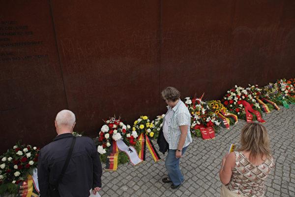 柏林墙建造51周年之际,德国8月13日举行各种活动,中央纪念活动上午在位于首都的柏林墙纪念馆举行。(Sean Gallup/Getty Images)