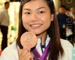 港队奥运代表团中的李慧诗由英国抵返本港,受到许多市民热烈欢迎。(摄影:宋祥龙/大纪元)