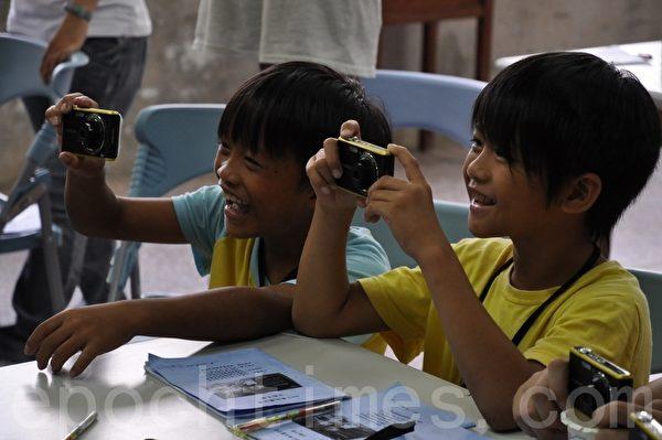 孩童们快乐的学习数位照相的技巧。照片:奎辉国小提供