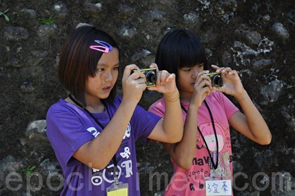 孩童们认真的学习数位照相的技巧。照片:奎辉国小提供
