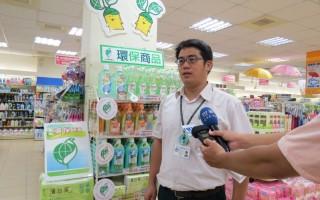 嘉義市政府環境保護局綜合計畫科科長許育維歡迎嘉市販售環保標章產品業者踴躍提出申請成為綠色商店,一齊推廣綠色消費。(攝影:李擷瓔/大紀元)