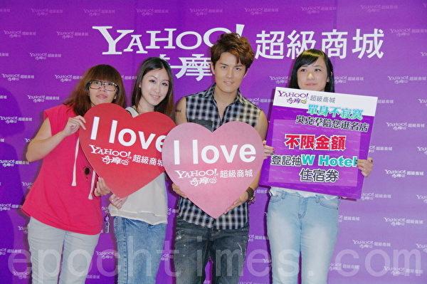 吴克群(右)出席情人节特别活动摘心见面会。(摄影:黄宗茂/大纪元)
