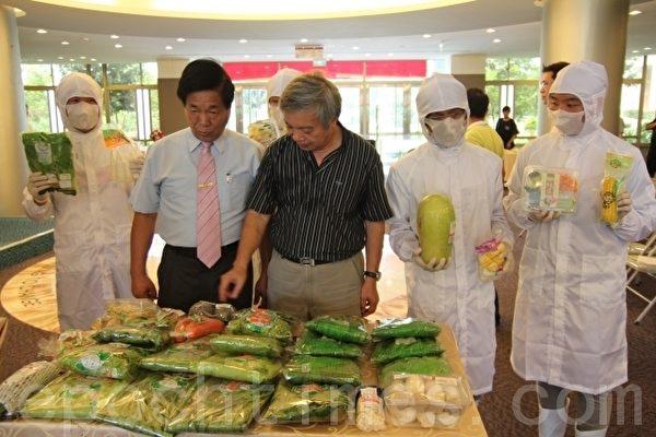 明道大學校長陳世雄(右2)與漢光果菜生產合作社理事主席廖丁川(左2),簽署產學合作計畫,鼓勵學生投入有機農業。(攝影:郭益昌/大紀元)