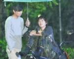 華劇《剩女保鏢》黃鴻升與孟耿因拍淋雨戲而濕身。(圖/三立都會台提供)