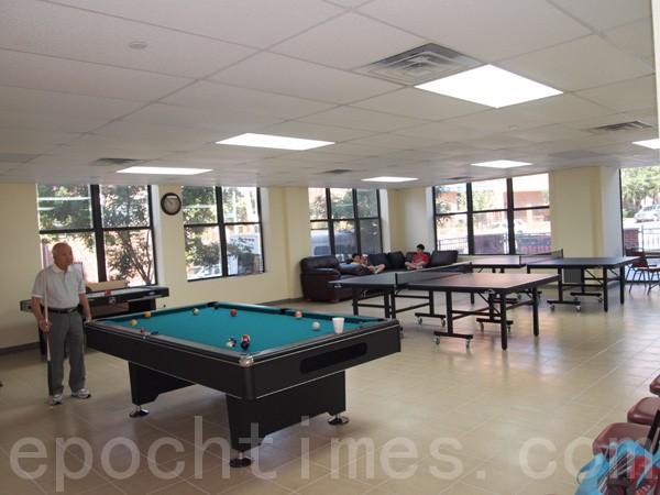 宽敞明亮的活动室供老人们休息娱乐。(摄影:李晶/大纪元)