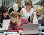 德国柏林自由大学(Freie Universitaet)图书馆内的学生 (Sean Gallup/Getty Images)