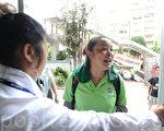 之前被认出是中共深圳南山看守所的女恶犯、女狱霸试图以入场内购买汽水为名进入,被工作人员阻止,她便在入口处大喊大骂。(摄影:孙青天/大纪元)