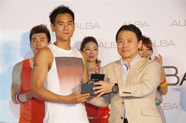 台灣陽光型男彭于晏(左)是ALBA年度代言人。(攝影:黃宗茂/大紀元)