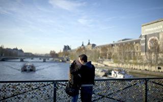 横跨法国巴黎塞纳河的艺术桥(Pont des Arts)上,每一把爱情锁述说着一段浪漫爱情故事。(FRED DUFOUR / AFP)
