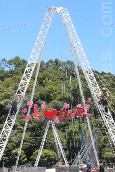 浪漫鹊桥的搭建 需要很多人的努力。(摄影:谢月琴/大纪元)
