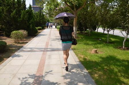 """被大连美女""""素颜格格""""拉去大连的尸体加工厂哈根斯实地打探情况的包子(图片来源:素颜格格博客)"""