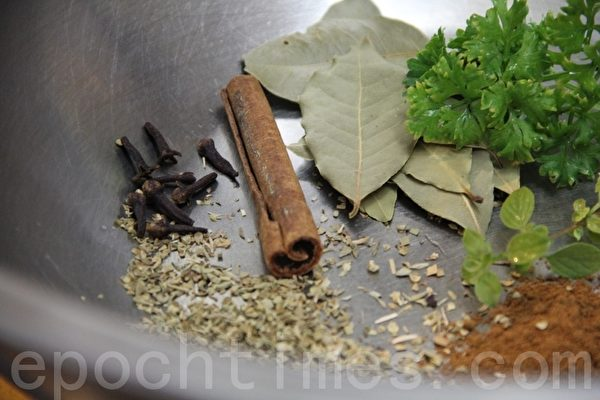 新鮮荷蘭芹、奧勒岡(乾燥)、丁香、肉桂、月桂葉、眾香子粉(攝影:ALEX/大紀元)