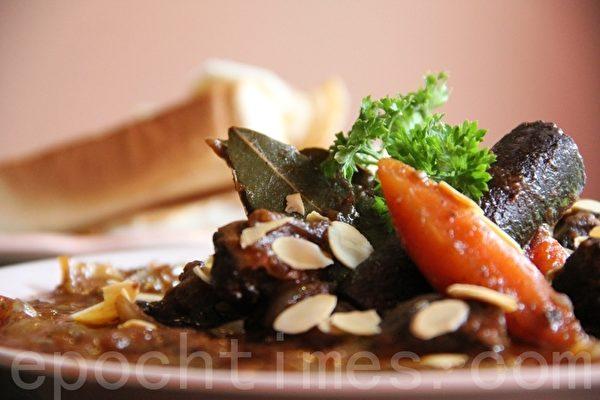 希臘式紅酒燉牛肉「Beef Stifado」(攝影:ALEX/大紀元)