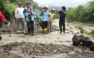 天秤颱風24日造成台東關山地區野溪暴漲,造成道路淹沒農田流失。(台東縣政府提供)