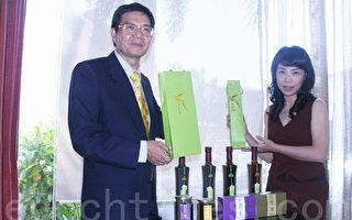 会计师黄金安(左)投身有机农稼,打造有机梅酵素精品,要让民众更健康,环境更美好。(摄影:赖友容/大纪元)