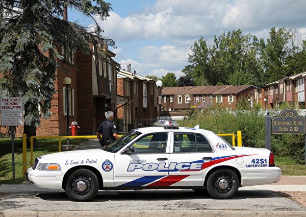 8月28日,多伦多警车停在碎尸案华裔嫌犯江春齐(Chun Qi JIANG,音译)的士嘉堡住所(Brimwood林荫大道20号)外,警察在附近巡逻。(摄影:周月谛/大纪元)