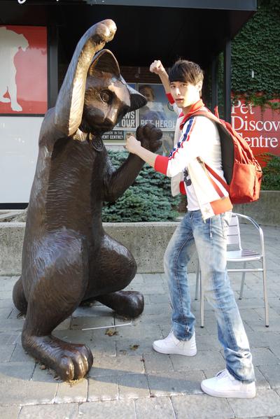 心情轻松的严爵玩兴大起,还和博物馆附近的雕像一同摆出可爱的姿势合照。(图/相信音乐提供)