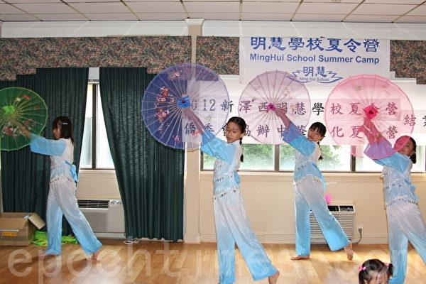 """民俗舞蹈""""彩云南天""""。 (摄影:姬承羲/大纪元)"""