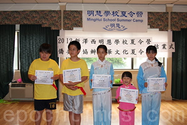 学生接受颁奖。(摄影:姬 承羲/大纪元)